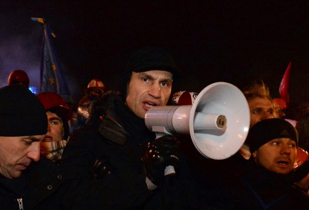 12.UKRAINA, Kijów, 11 grudnia 2013:  Witalij Kłyczko przemawia do zgromadzonych ludzi podczas wiecu. AFP PHOTO / SERGEI SUPINSKY
