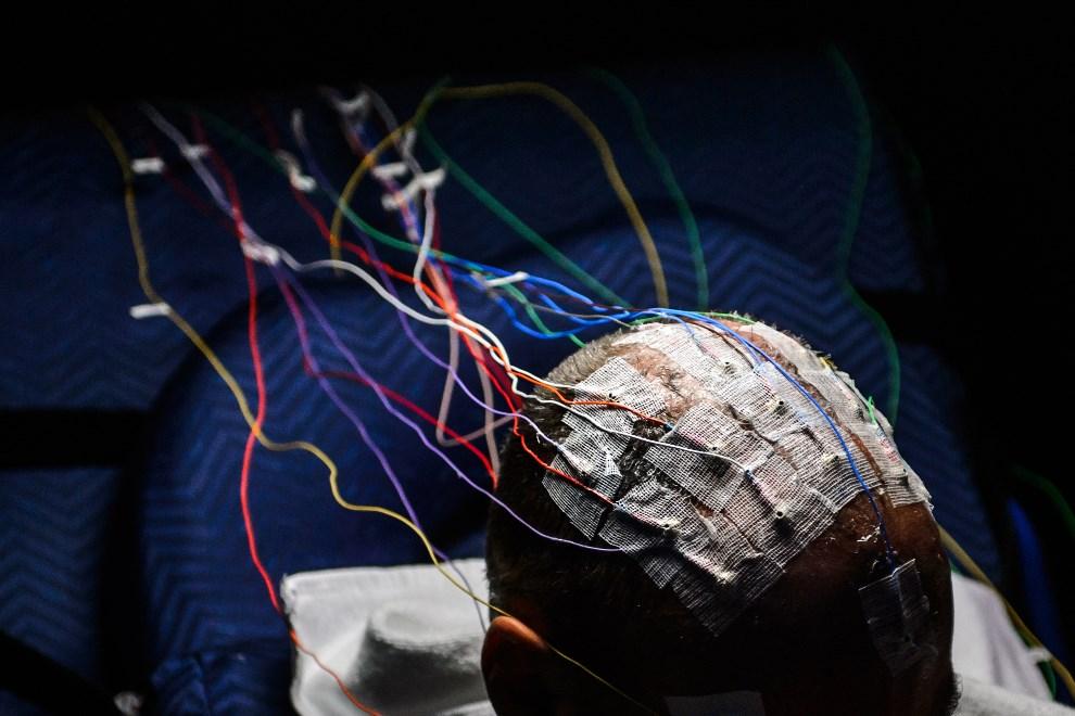 12.SZWAJCARIA, Duebendorf, 17 grudnia 2013: Elektrody przypięte do głowy Bertranda Piccarda, przed rozpoczęciem 72-godzinnej symulacji lotu. AFP PHOTO / FABRICE COFFRINI