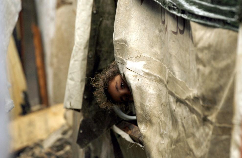 12.LIBAN, Ain el-Helweh, 5 grudnia 2013: Palestyńskie dziecko w obozie dla uchodźców. AFP PHOTO / MAHMOUD ZAYYAT