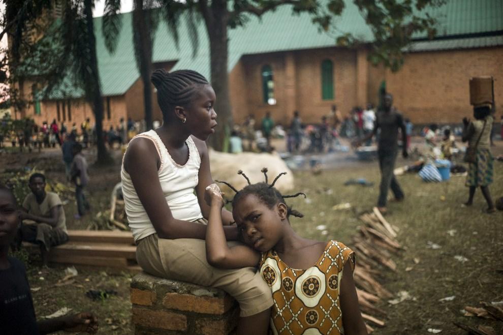 13.REPUBLIKA ŚRODKOWOAFRYKAŃSKA, Bangui, 8 grudnia 2013: Ludzie chroniący się w ogrodzie arcybiskupstwa, przed trwającymi walkami. AFP PHOTO / FRED DUFOUR