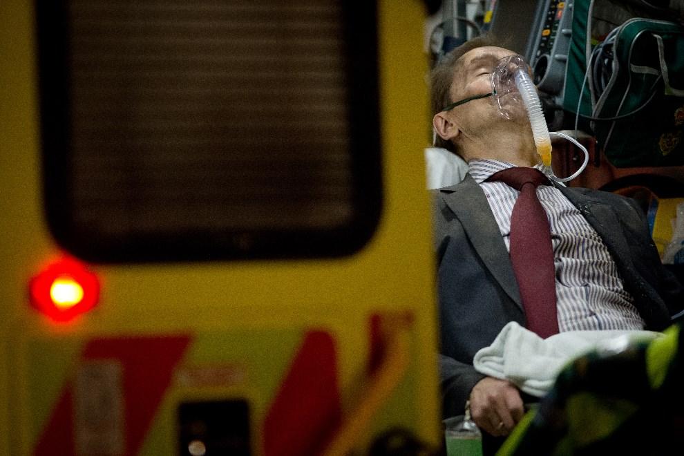 13.WIELKA BRYTANIA, Londyn, 19 grudnia 2013: Mężczyzna ranny w wyniku zawalenia się części dachu w jednym z teatrów w Londynie. AFP PHOTO/LEON NEAL
