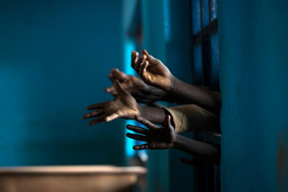 14.REPUBLIKA ŚRODKOWOAFRYKAŃSKA, Bossembélé, 8 grudnia 2013: Dzieci proszące francuskich żołnierzy o żywność .AFP PHOTO / FRED DUFOUR