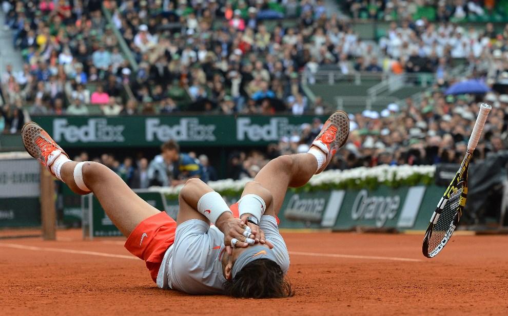 15.FRANCJA, Paryż, 9 czerwca 2013: Rafael Nadal cieszy się ze zwycięstwa w meczy finałowym French Open. AFP FOTO:  / ALEXIS REAU