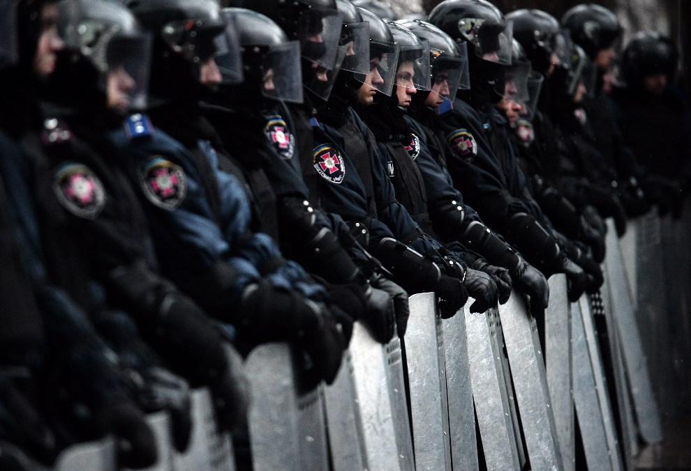 15.UKRAINA, Kijów, 8 grudnia 2013: Oddział milicji blokujący dostęp do parlamentu. AFP PHOTO/VASILY MAXIMOV
