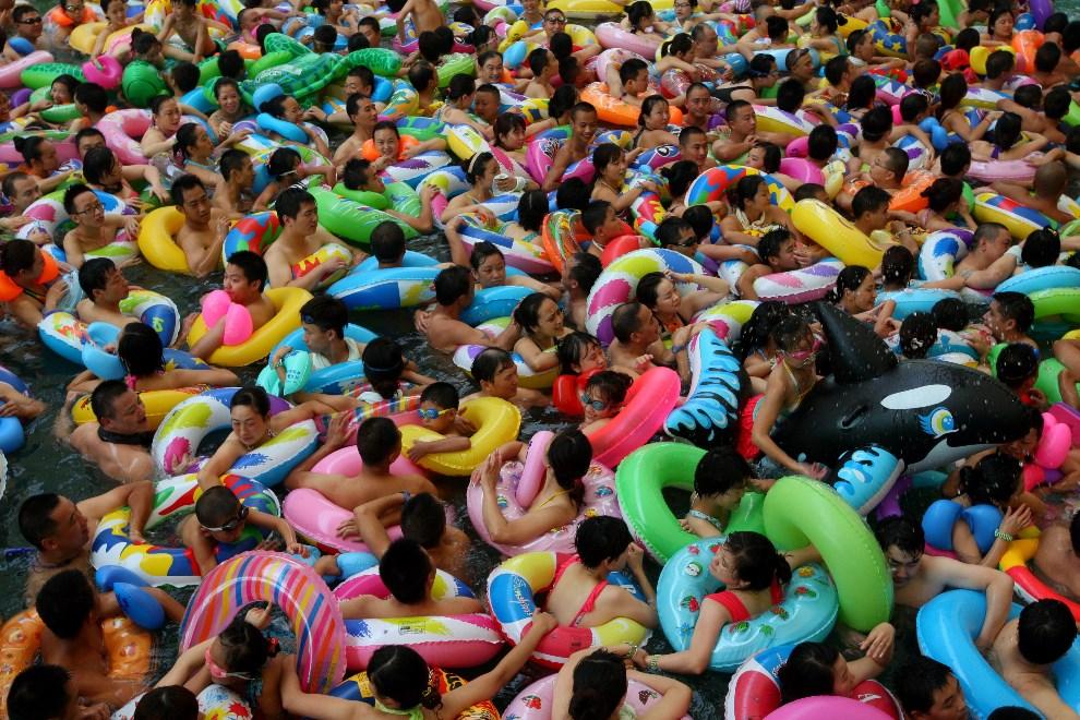 17.CHINY, Suining, 27 lipca 2013: Ludzie chłodzący się w parku wodnym. AFP FOTO