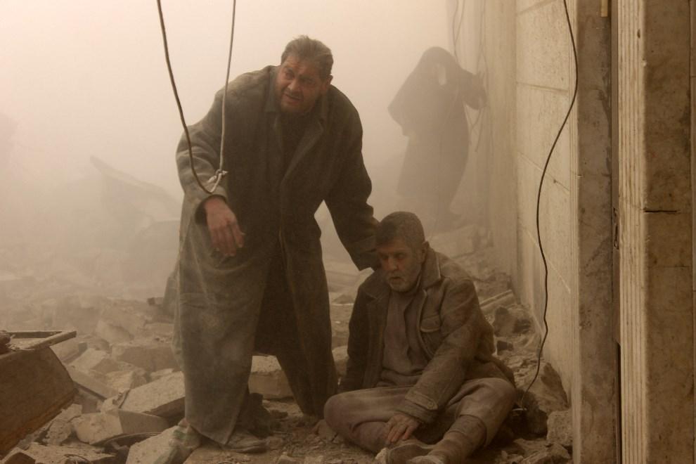 17.SYRIA, Aleppo, 17 grudnia 2013: Mężczyźni w części miasta zbombardowanej przez lotnictwo. AFP PHOTO/MOHAMMED AL-KHATIEB