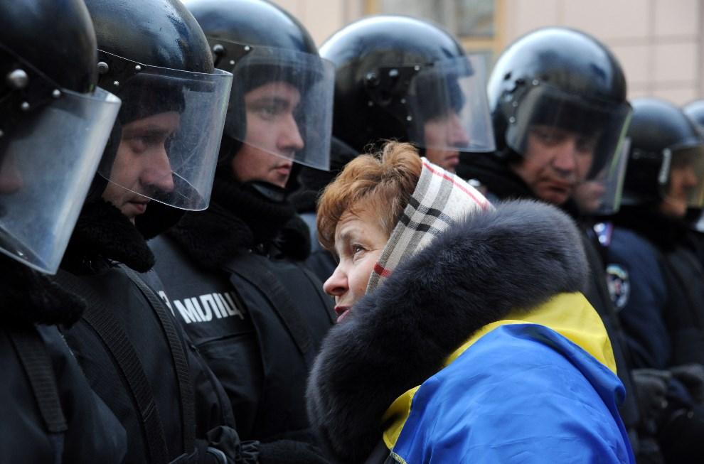 17.UKRAINA, Kijów, 3 grudnia 2013: Kobieta rozmawia z milicjantem podczas demonstracji. AFP PHOTO/ VIKTOR DRACHEV