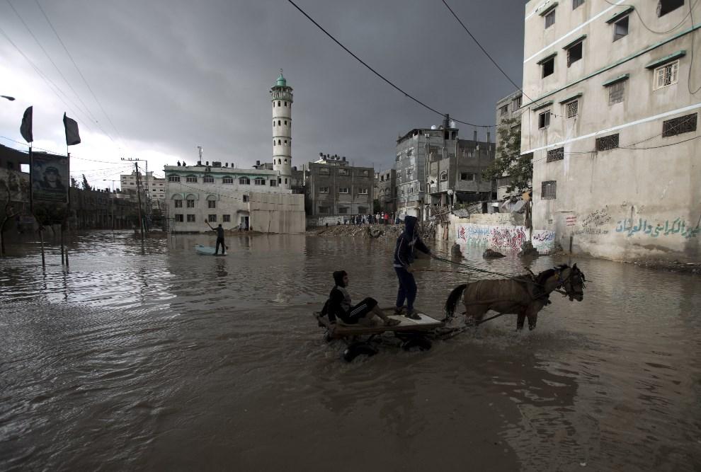 18.STREFA GAZY, 13 grudnia 2013: Część miasta zalana podczas ulewnego deszczu. AFP PHOTO/MOHAMMED ABED