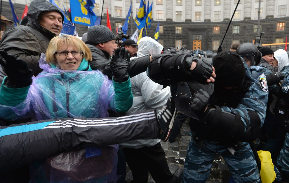18.UKRAINA, Kijów, 25 listopada 2013: Starcia protestujących z milicją. AFP PHOTO/ SERGEI SUPINSKY