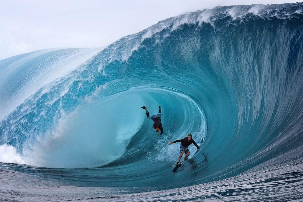 19.FRANCUSKA POLINEZJA, 1 czerwca 2013: Amerykanie Garrett McNamara (po lewej) Mark Healey (po prawej) podczas zawodów surfingowych. AFP FOTO:  GREGORY BOISSY