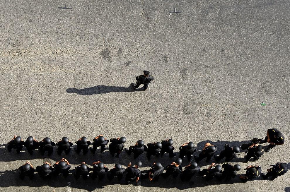 19.URUGWAJ, Montevideo, 18 grudnia 2013: Oddział policji w czasie uroczystości państwowej. AFP PHOTO / Daniel CASELLI