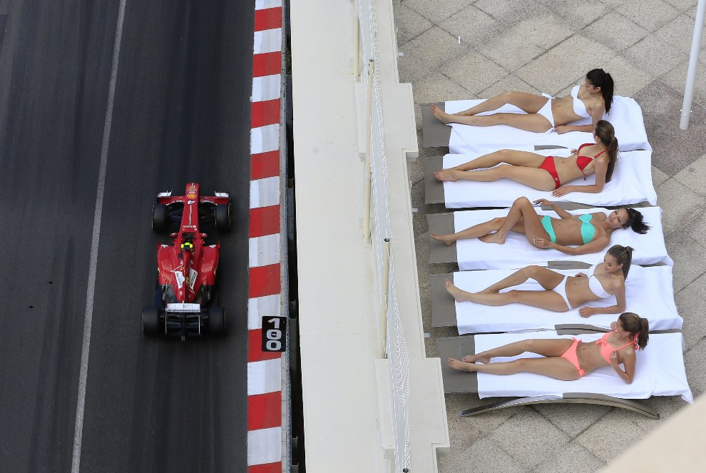 1.MONAKO, 25 maja 2013: Kobiety opalają się w sąsiedztwie toru F1 (na torze bolid prowadzony przez Felipe Massę). AFP FOTO:  / ALEXANDER KLEIN