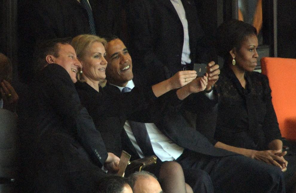 1.RPA, Johannesburg, 10 grudnia 2013: Barack Obama, David Cameron i premier Danii Helle Thorning Schmidt robią sobie zdjęcie w trakcie uroczystości upamiętniających śmierć Nelsona Mandeli. Z boku siedzi żona Baracka Obamy, Michelle.  AFP PHOTO / ROBERTO SCHMIDT