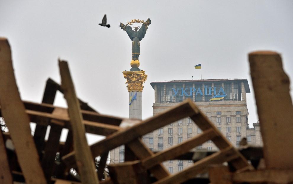 1.UKRAINA, Kijów, 17 grudnia 2013: Widok przez barykadę na Plac Niepodległości w Kijowie. AFP PHOTO/ SERGEI SUPINSKY