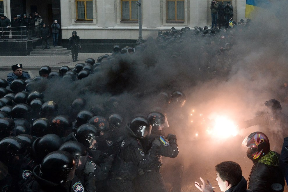 20.UKRAINA, Kijów, 1 grudnia 2013: Protestujący odpalają race w starciu z milicją. AFP PHOTO/VASILY MAXIMOV