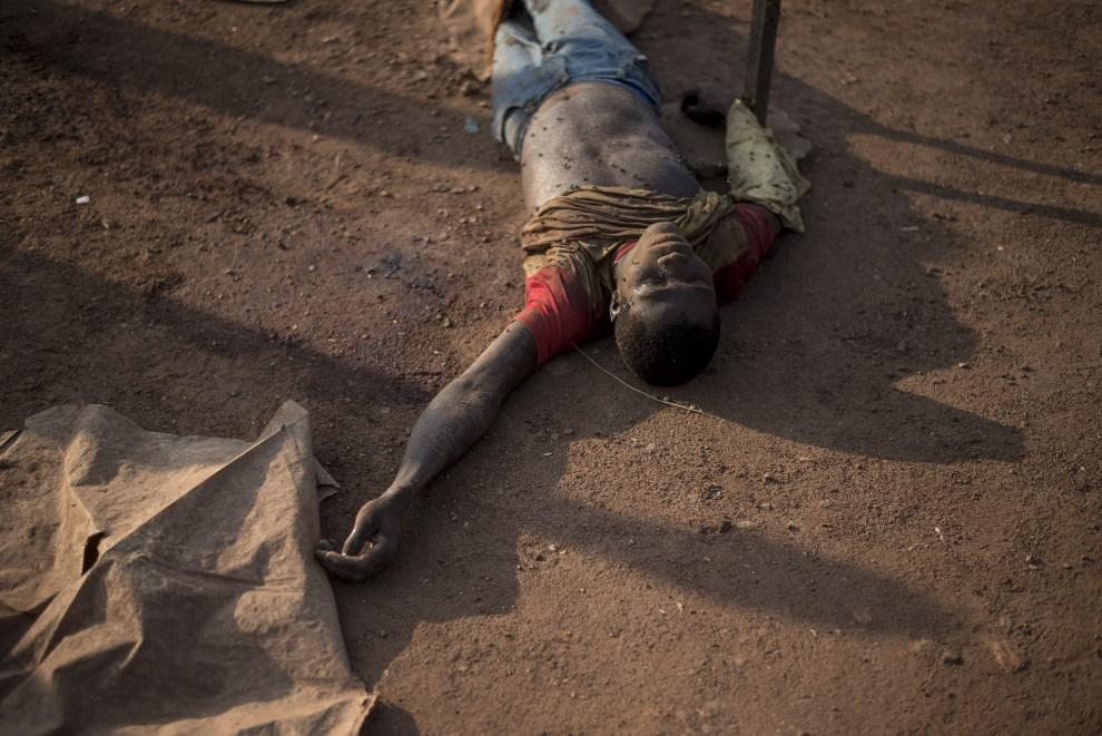 20.REPUBLIKA ŚRODKOWOAFRYKAŃSKA, Bangui, 10 grudnia 2013: Ciało mężczyzny zabitego w trakcie walk. AFP PHOTO / FRED DUFOUR