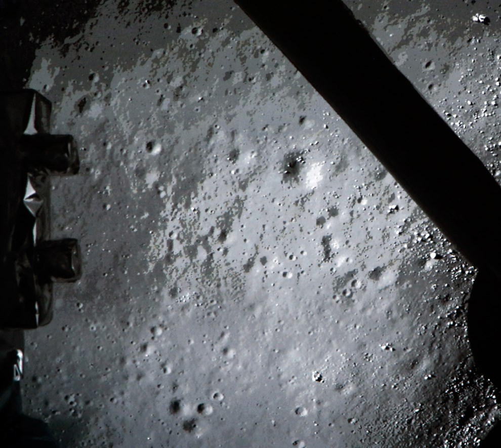 """21.CHINY, Pekin, 14 grudnia 2013: Zdjęcie wykonane w centrum lotów kosmicznych, pokazujące tzw. """"miękkie lądowanie"""" sprzętu badawczego na Księżycu. AFP PHOTO"""