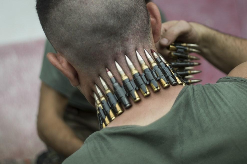 21.KAMERUN, Douala, 3 grudnia 2013: Francuski żołnierz ładuje amunicję podczas postoju na stacji kolejowej. AFP PHOTO / FRED DUFOUR