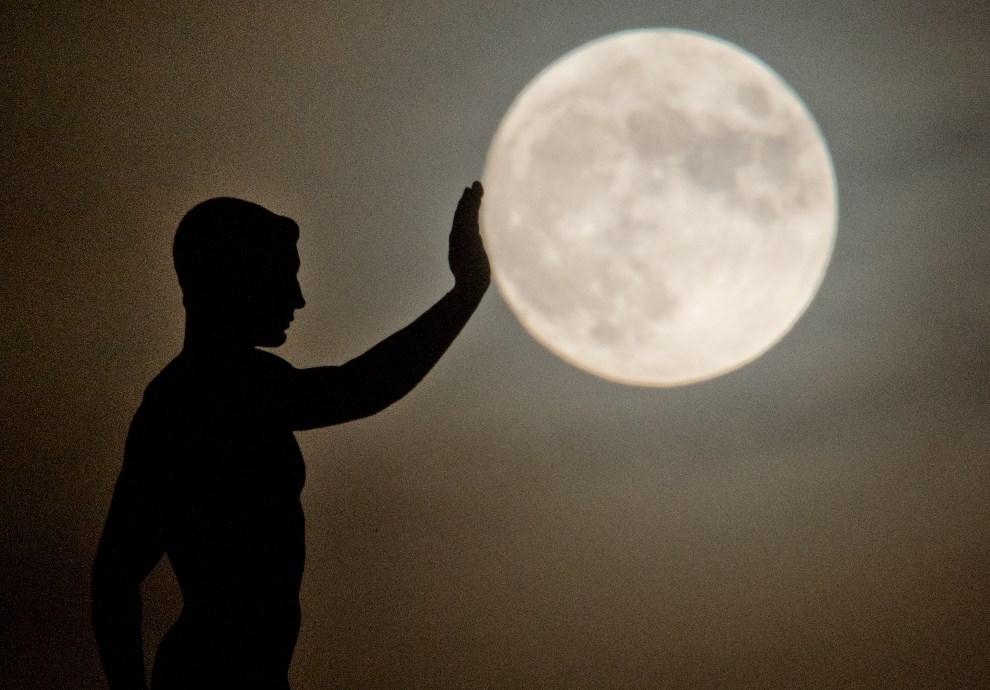 22.NIEMCY, Hannover, 16 grudnia 2013: Rzeźba na tle księżyca w pełni.  AFP PHOTO / DPA / JULIAN STRATENSCHULTE