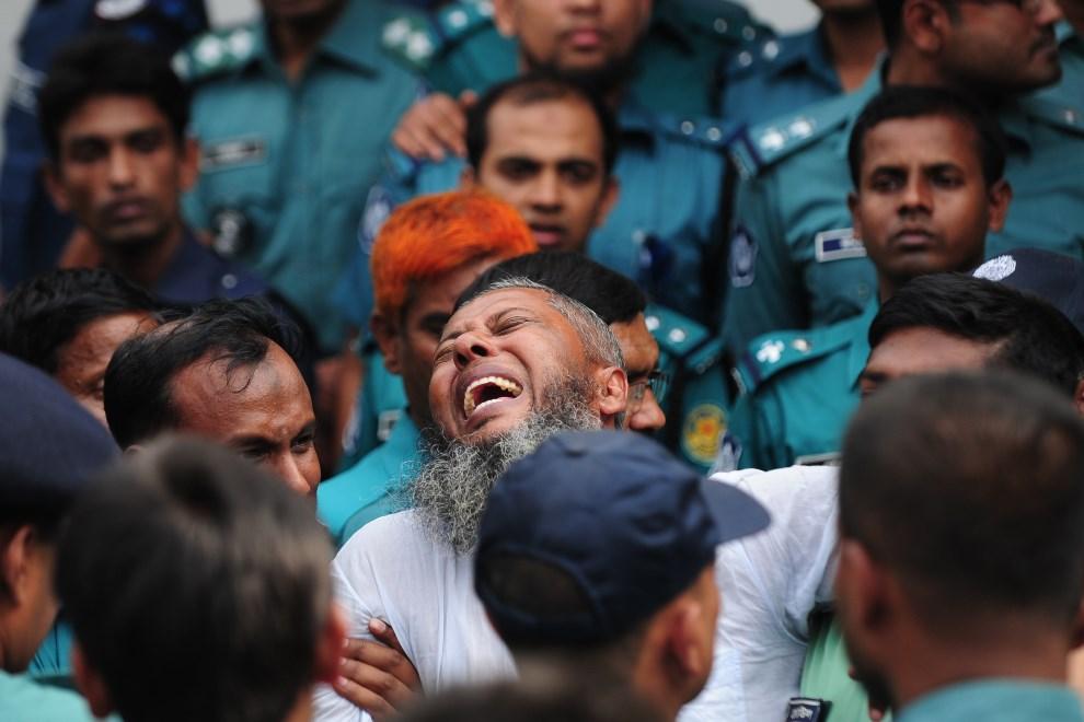 22.BANGLADESZ, Dhaka, 5 listopada 2013: Żołnierz uczestniczący w puczu, skazany przez sąd na śmierć. AFP PHOTO/ Munir uz ZAMAN