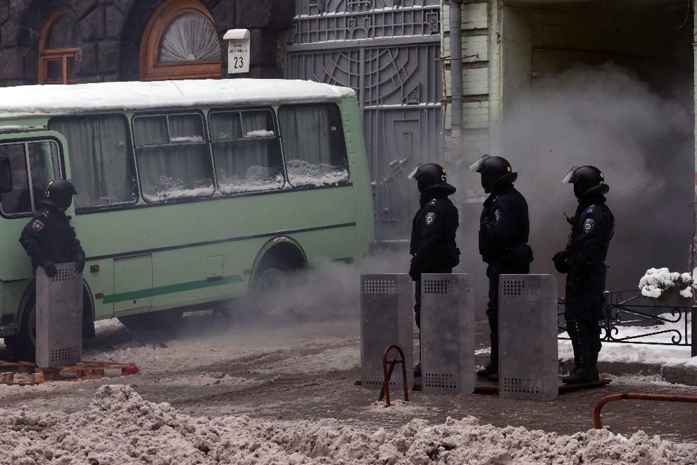 22.UKRAINA, Kijów, 12 grudnia 2013: Posterunek milicji przed jednym z budynków publicznych. EPA/ANATOLY MALTSEV Dostawca: PAP/EPA.