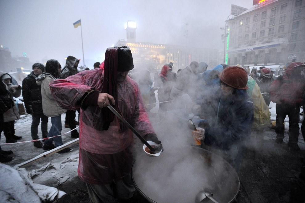 23.UKRAINA, Kijów, 9 grudnia 2013: Gorące posiłki rozdawane na Placu Niepodległości. AFP PHOTO / GENYA SAVILOV