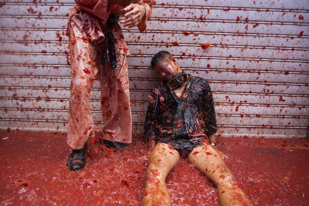 """25.HISZPANIA, Bunol, 28 sierpnia 2013: Uczestnicy """"Tomatiny"""" – walki na pomidory. AFP FOTO: / GABRIEL GALLO"""