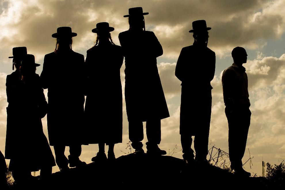25.IZRAEL, Atlit, 9 grudnia 2013: Ultraortodoksyjni Żydzi przed aresztem, gdzie zatrzymano młodego chłopaka odmawiającego służby wojskowej. AFP PHOTO / JACK GUEZ