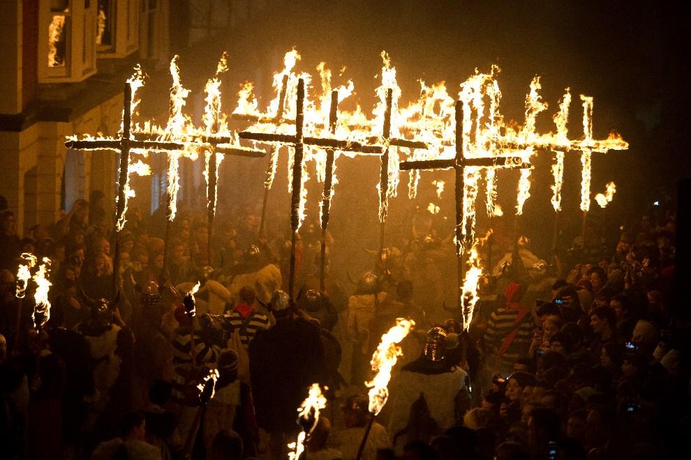 26.WIELKA BRYTANIA, Lewes, 5 listopada 2013: Obchody Dnia Guya Fawkesa w Lewes. AFP PHOTO / LEON NEAL