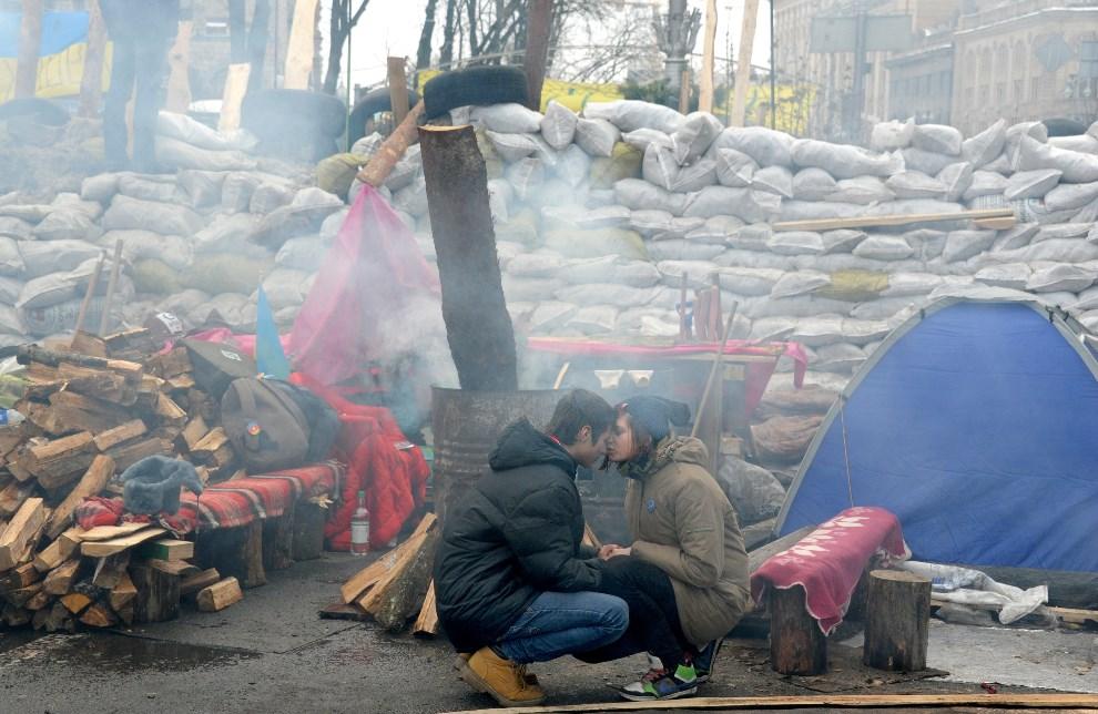 26.UKRAINA, Kijów, 13 grudnia 2013: Młodzi uczestnicy protestów przy barykadzie na Placu Niepodległości.  AFP PHOTO/VIKTOR DRACHEV