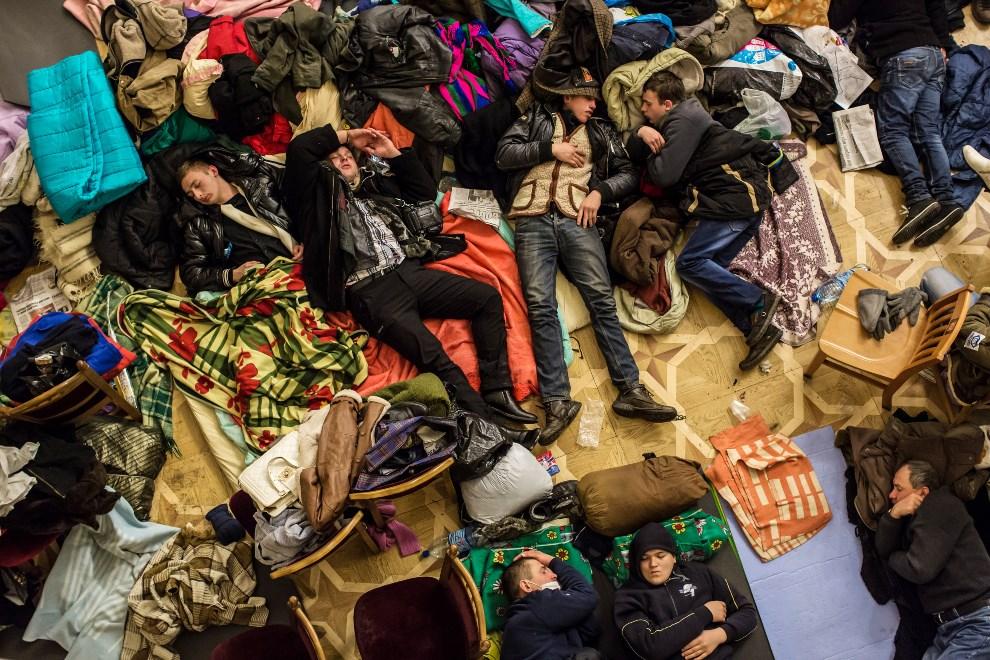 27.UKRAINA, Kijów, 7 grudnia 2013: Protestujący śpiący na podłodze okupowanego ratusza. (Foto:  Brendan Hoffman/Getty Images)
