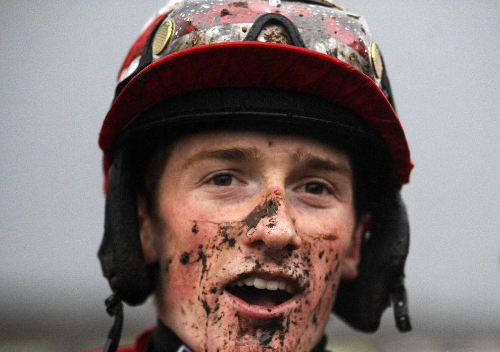 27.WIELKA BRYTANIA, Exeter, 19 grudnia 2013: Dżokej Sam Twiston-Davies po ukończonej gonitwie na torze w Exeter. (Foto: Alan Crowhurst/Getty Images)