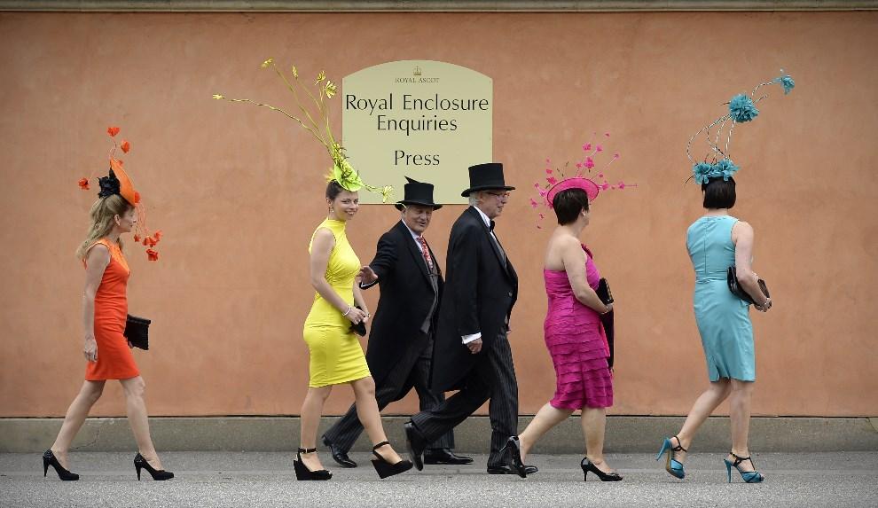 2.WIELKA BRYTANIA, Ascot, 18 czerwca 2013: Goście zmierzający na tor wyścigów konnych  w Ascot. AFP FOTO:  / ADRIAN DENNIS