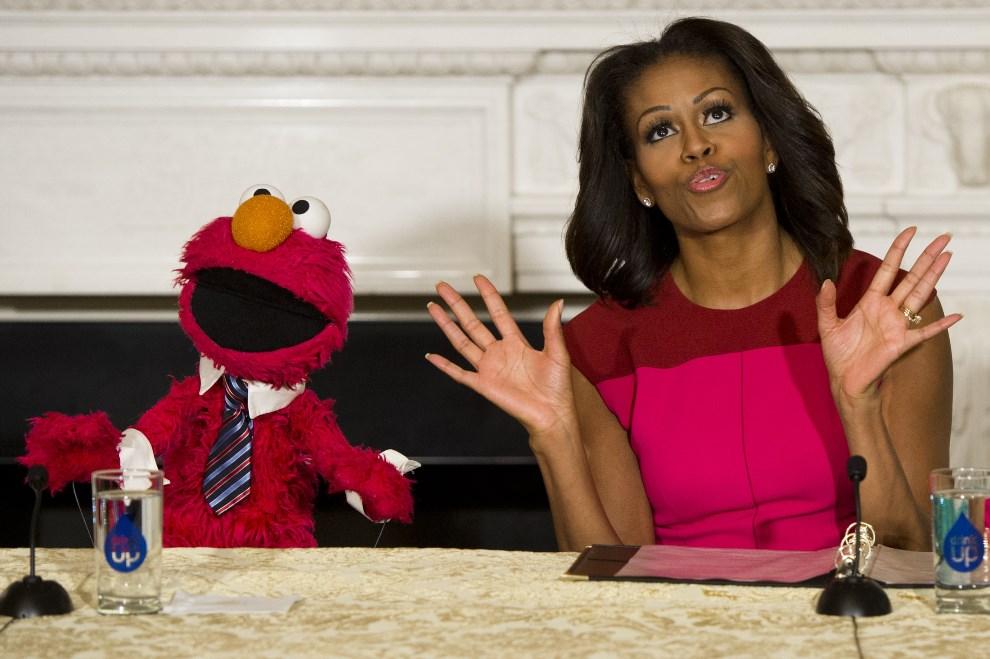 2.USA, Waszyngton, 30 września 2013: Michelle Obama w towarzystwie Elmo w trakcie konferencji prasowej. AFP PHOTO / Saul LOEB
