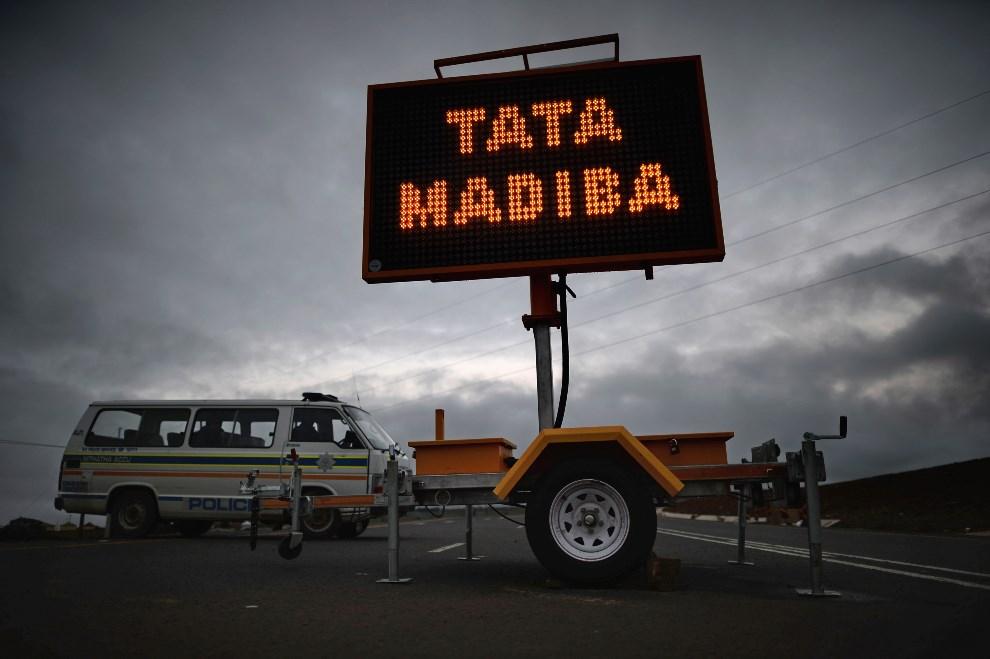 2.RPA, Qunu, 12 grudnia 2013: Przygotowania do pogrzebu Nelsona Mandeli. (Foto: Jeff J Mitchell/Getty Images)