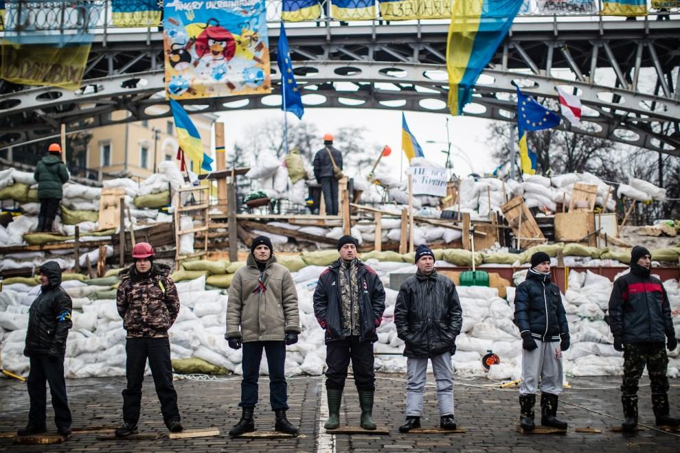 2.UKRAINA, Kijów, 13 grudnia 2013: Barykada na Placu Niepodległości oddzielająca protestujących od milicji. (Foto:  Brendan Hoffman/Getty Images)