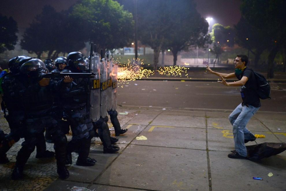 30.BRAZYLIA, Rio de Janeiro, 20 czerwca 2013: Policjanci strzelają gumowymi kulami w kierunku protestujących (zamieszki wybuchły podczas protestów mieszkańców przeciw korupcji władz). AFP FOTO:  / CHRISTOPHE SIMON