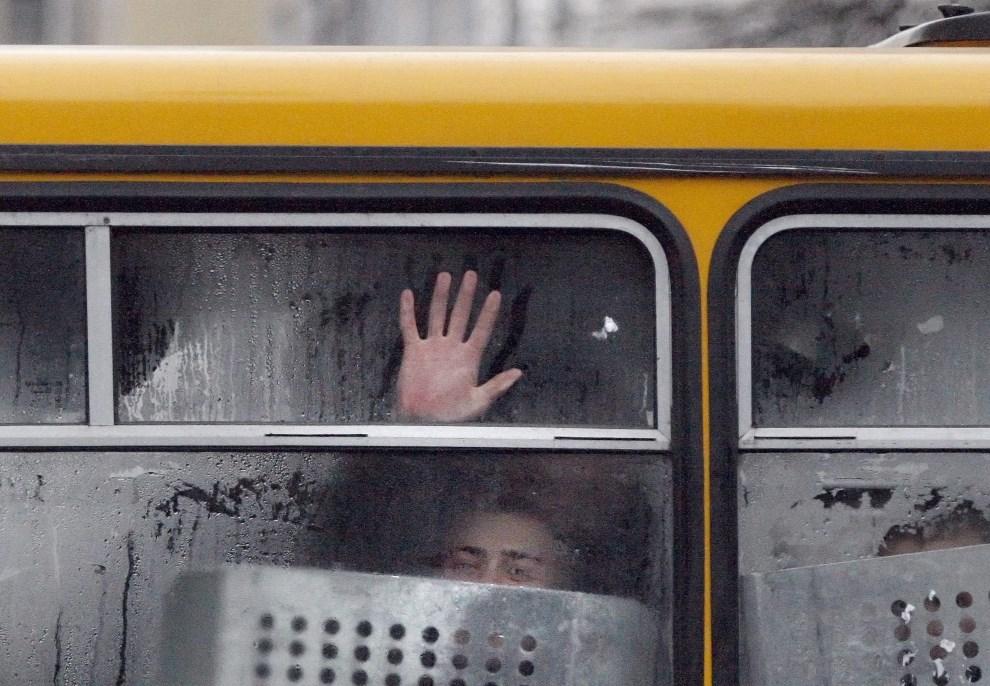 30.UKRAINA, Kijów, 17 grudnia 2013: Milicjanci w autobusie zaparkowanym przy Placu Niepodległości. EPA/TATYANA ZENKOVICH Dostawca: PAP/EPA.