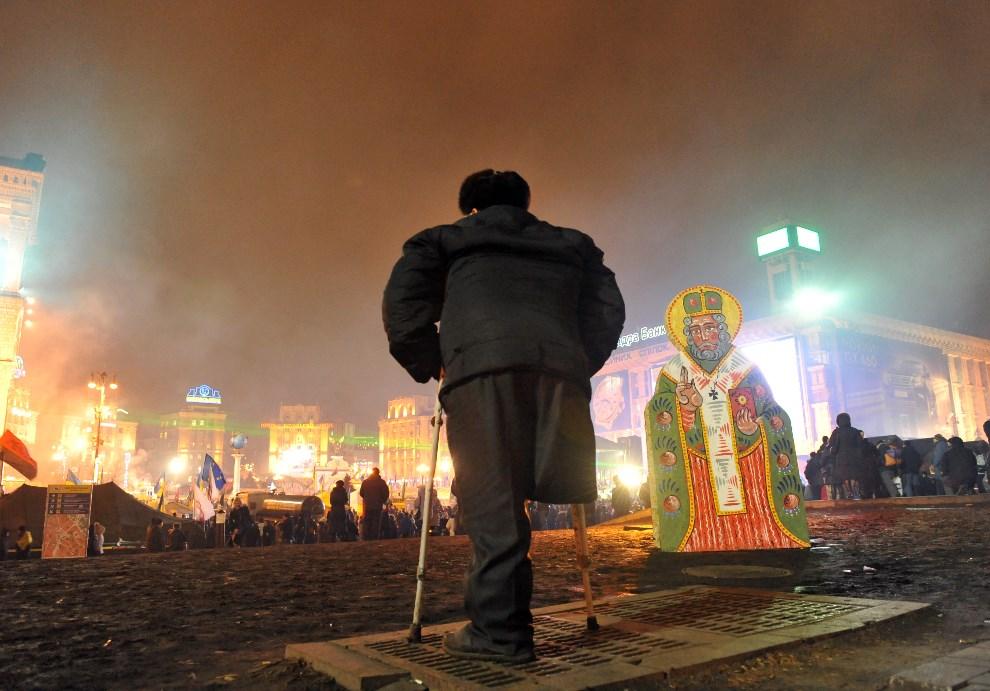 31.UKRAINA, Kijów, 16 grudnia 2013: Niepełnosprawny mężczyzna protestujący w centrum Kijowa. AFP PHOTO / YURIY DYACHYSHYN