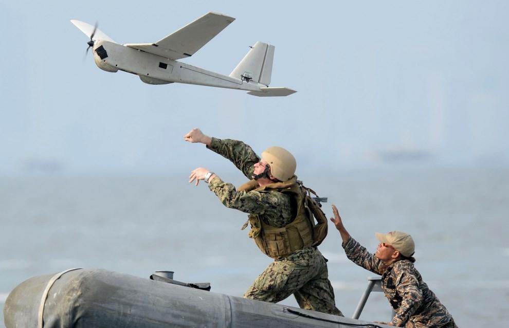 """32.FILIPINY, Cave City, 28 czerwca 2013: Patrol wojskowy wypuszczają """"bezzałogowy aparat latający"""" (ang. Unmanned Aerial Vehicle – UAV). AFP FOTO: /TED ALJIBE"""