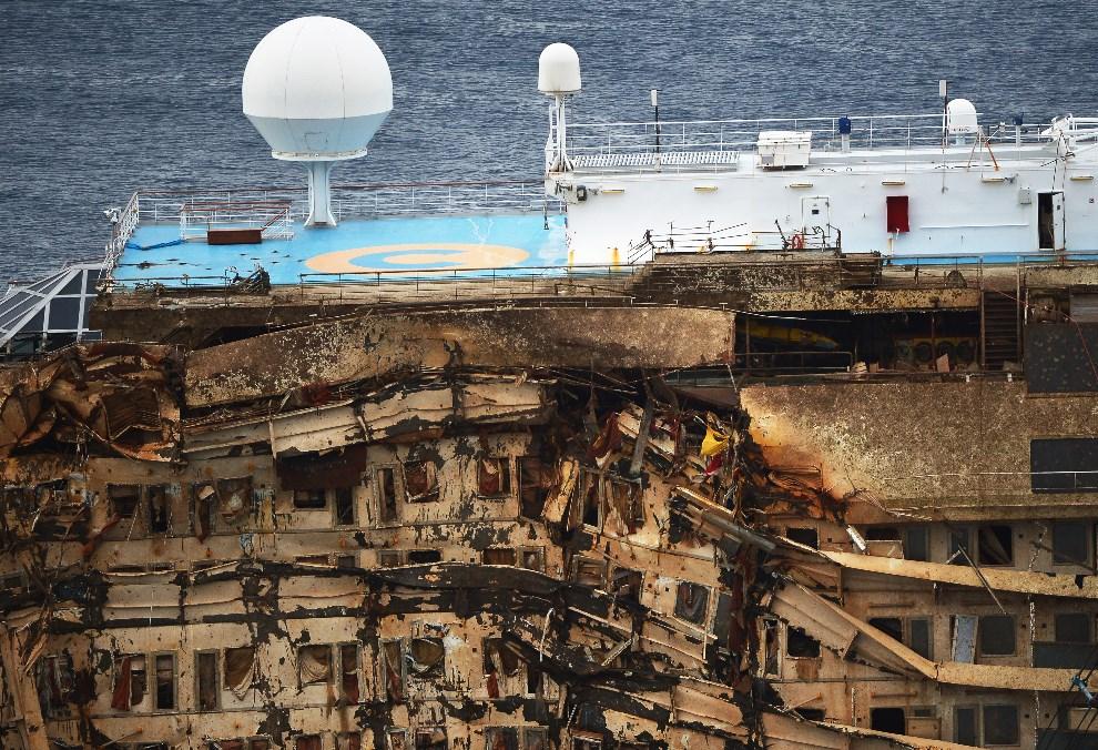 33.WŁOCHY, Isola del Giglio, 17 września 2013: Wrak podniesionego wycieczkowca Costa Concordia. AFP PHOTO / VINCENZO PINTO