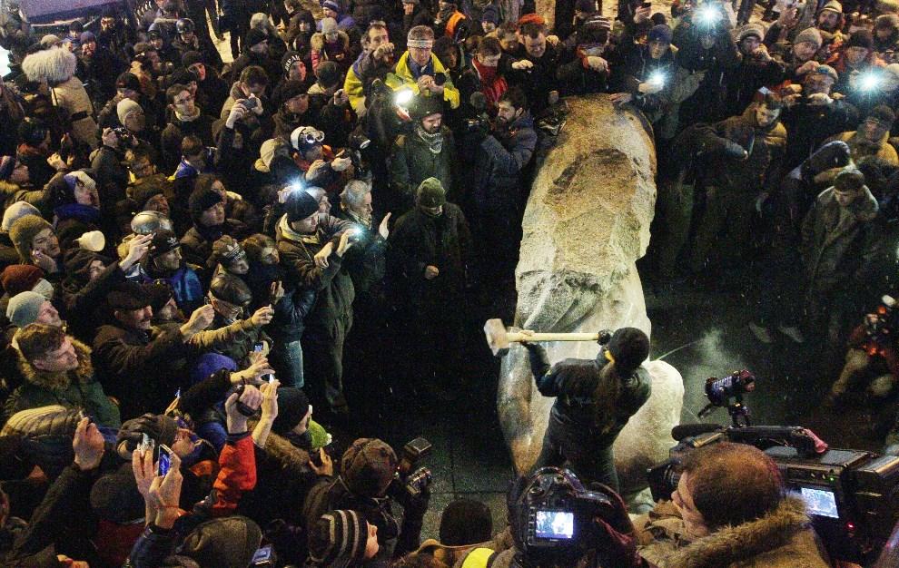 33.UKRAINA, Kijów, 8 grudnia 2013: Protestujący rozbijają posąg Lenina. AFP PHOTO/ ANATOLI BOIKO
