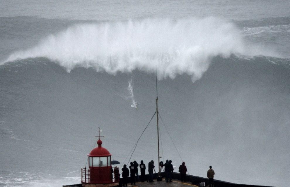 34.PORTUGALIA, Nazare, 28 października 2013: Carlos Burle surfujący w pobliżu Nazare. AFP PHOTO/ FRANCISCO LEONG