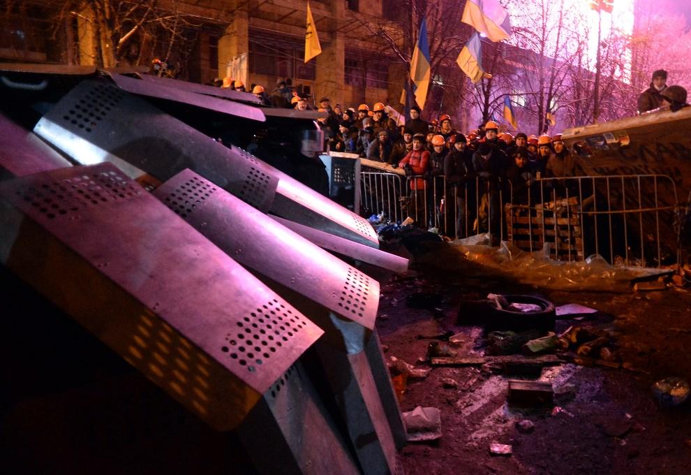 34.UKRAINA, Kijów, 11 grudnia 2013: Protestujący i oddział milicji przy barykadzie na Placu Niepodległości. AFP PHOTO/VASILY MAXIMOV