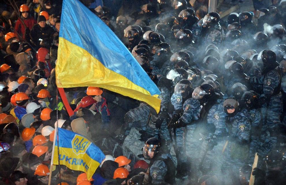 35.UKRAINA, Kijów, 11 grudnia 2013:  Starcie protestujących z oddziałami milicji. AFP PHOTO/ SERGEI SUPINSKY