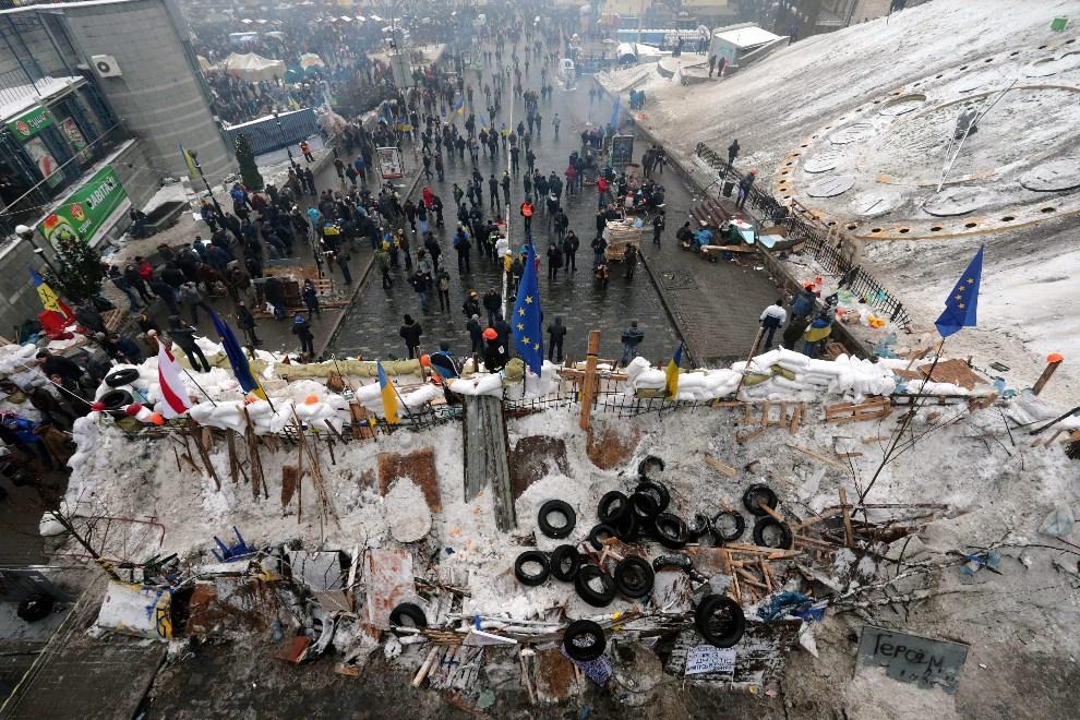 37.UKRAINA, Kijów, 11 grudnia 2013: Widok na barykadę w centrum Kijowa. EPA/ANATOLY MALTSEV Dostawca: PAP/EPA.