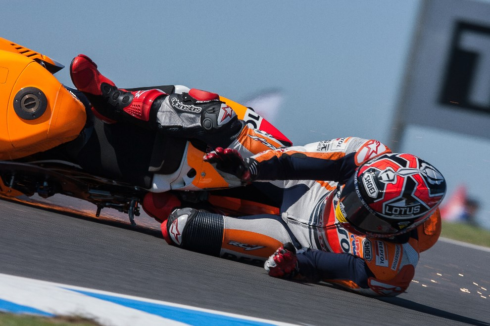 39.AUSTRALIA, Phillip Island, 18 październiaka 2013: HILLIP ISLAND : Upadek Marca Marqueza podczas treningu przed MotoGP Grand Prix. AFP PHOTO/Andrew Wheeler