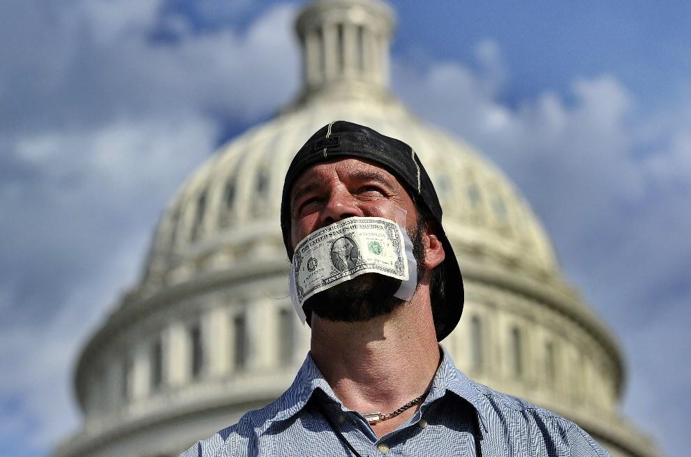3.USA, Waszyngton, 1 października 2013: Jeden z uczestników protestu przed Kapitolem, mającym skłonić kongres do przyjęcia budżetu. AFP Photo / Jewel Samad