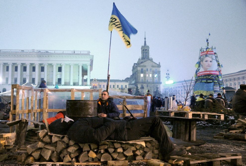 3.UKRAINA, Kijów, 12 grudnia 2013: Protestujący ludzie odpoczywają na Placu Niepodległości. AFP PHOTO/ VIKTOR DRACHEV