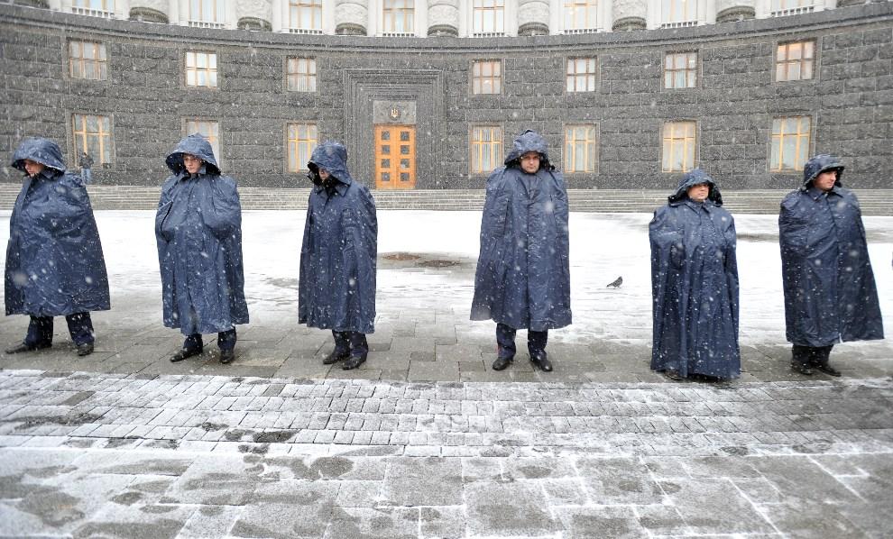 41.UKRAINA, Kijów, 6 grudnia 2013: Milicjanci przed wejściem do budynku rządowego. AFP PHOTO / GENYA SAVILOV
